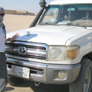 экскурсия супер джип сафари в хургаде : туристка сфотографировалась у джипа