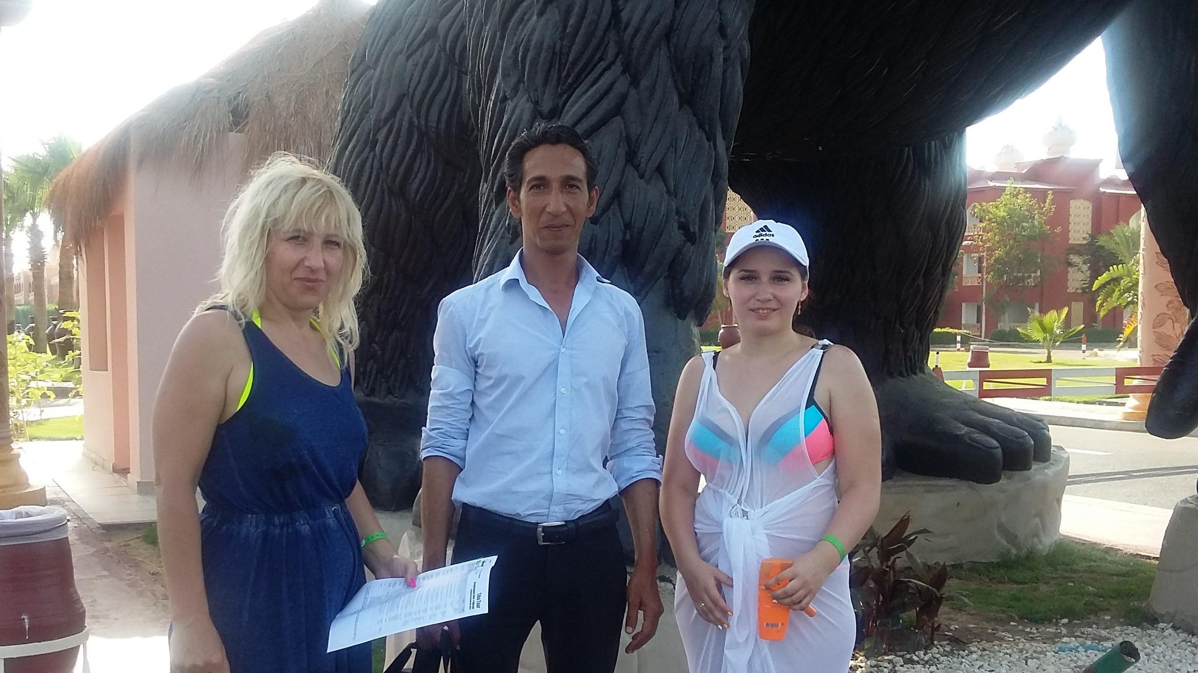 Директор компании Ландиус Тревел с туристами отеля Джангл Аквапарк при заказе экскурсий в Хургаде