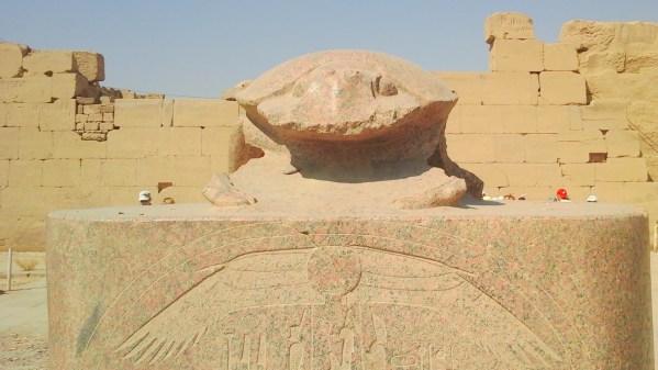 Фото с экскурсиц в Луксор (Долина Цариц) из Хургады : Большой скарабей в Карнакском храме, изображающий бога Хепри