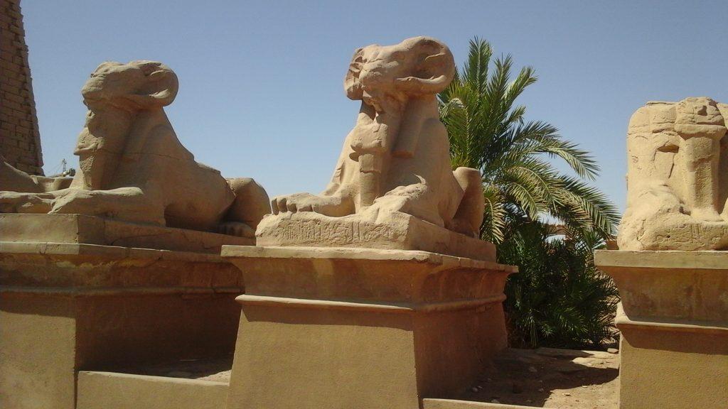 L'avenue des sphinx dans le temple de Karnak